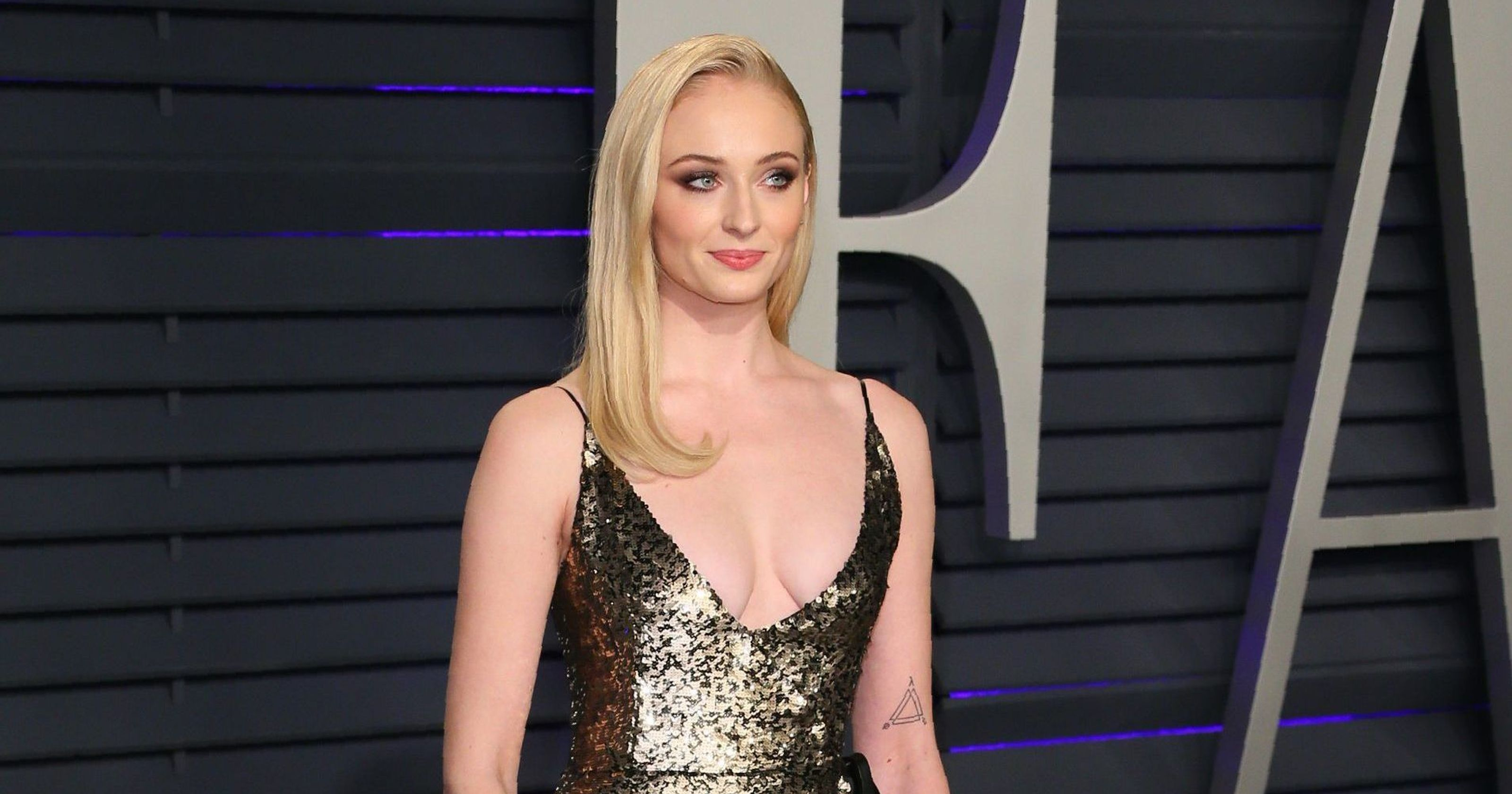 'Game of Thrones' star Sophie Turner chugs wine on a jumbotron, impresses Drake